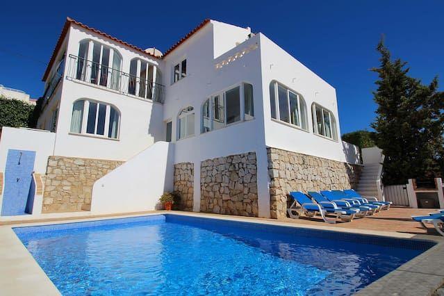 Villa situada en el centro de Carvoeiro con piscina privada, aire acondicionado, capacidad para 15