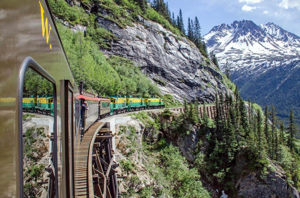 train dans les montagnes d'Alaska