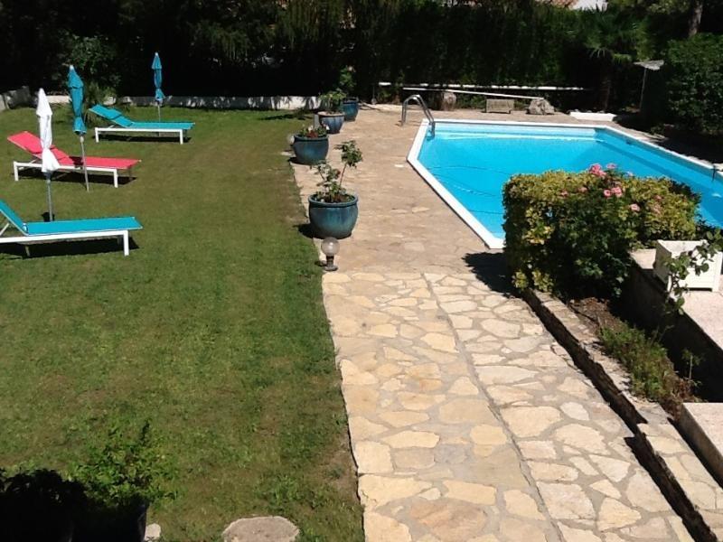 encantadora casa con jardín y piscina, cerca del mar