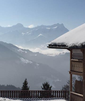 Sunny escapada de montaña con preciosas vistas a los Alpes