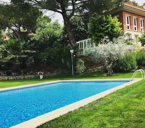 apartamento con piscina y jardín privado