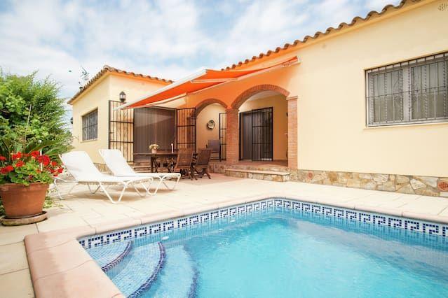 Casa unifamiliar con piscina privada cerca de la playa de Sant Pere Pescador.