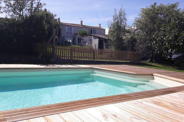 Hogareña casa con piscina