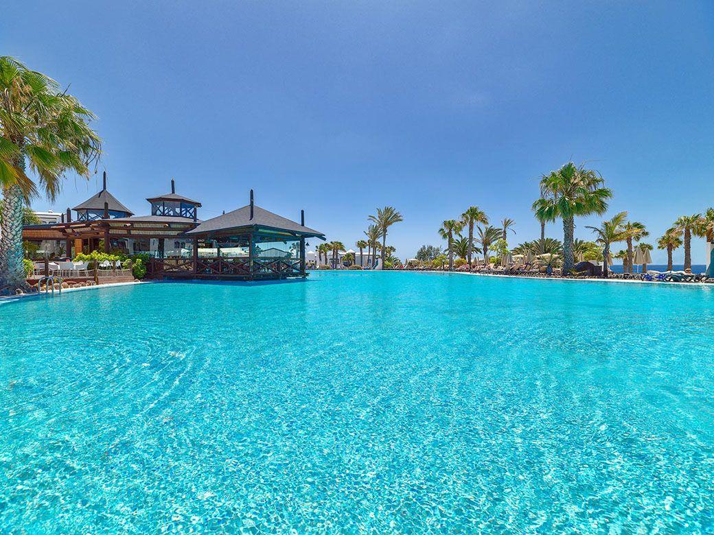 el Hotel Rubicón Palace desde la piscina
