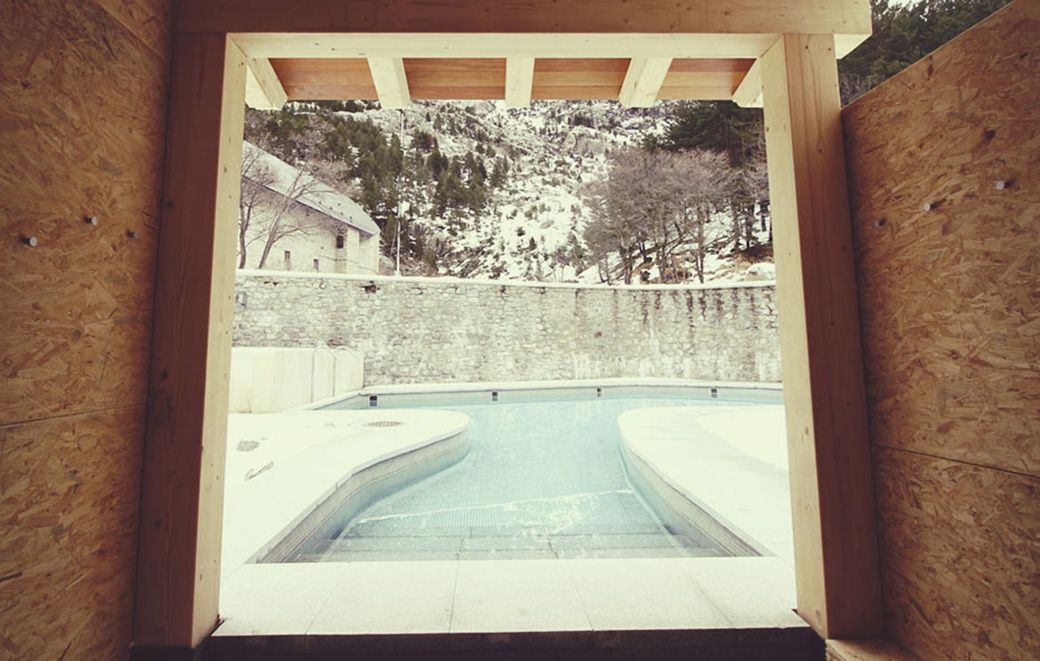 Piscina termal exterior del Balneario de Panticosa con nieve