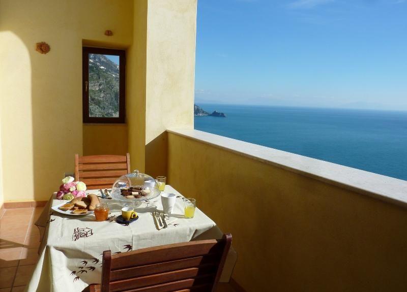 Elegante villa con vistas al mar en la Costa Amalfitana, con gran jardín.