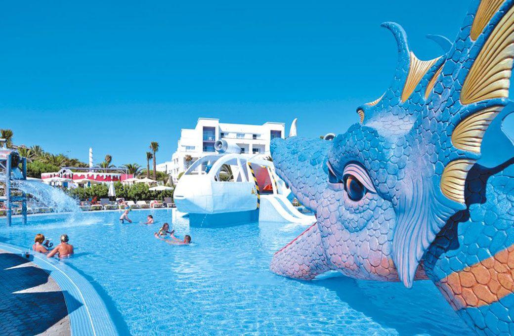 Dragones y naves espaciales en la piscina para niños del Riu Gran Canaria