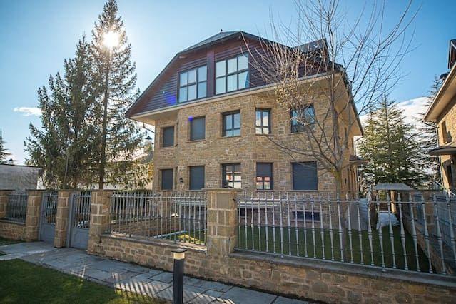 Casa en Urbanización con piscina