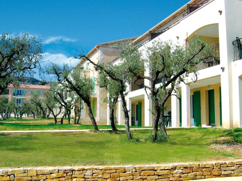 Apartamentos en un parque de vacaciones con piscina en la bella Provenza.