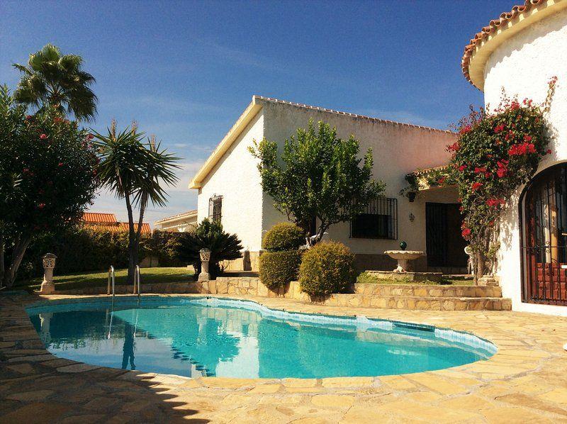 Castillo Blanco: Casa en Benajarafe (Andalucía) cerca de la playa con piscina privada y vista al mar