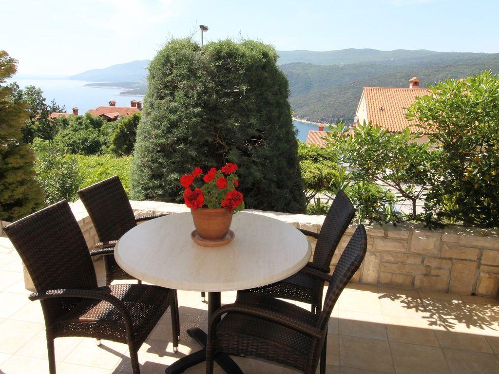 Apartamento vacacional con terraza y vista al mar