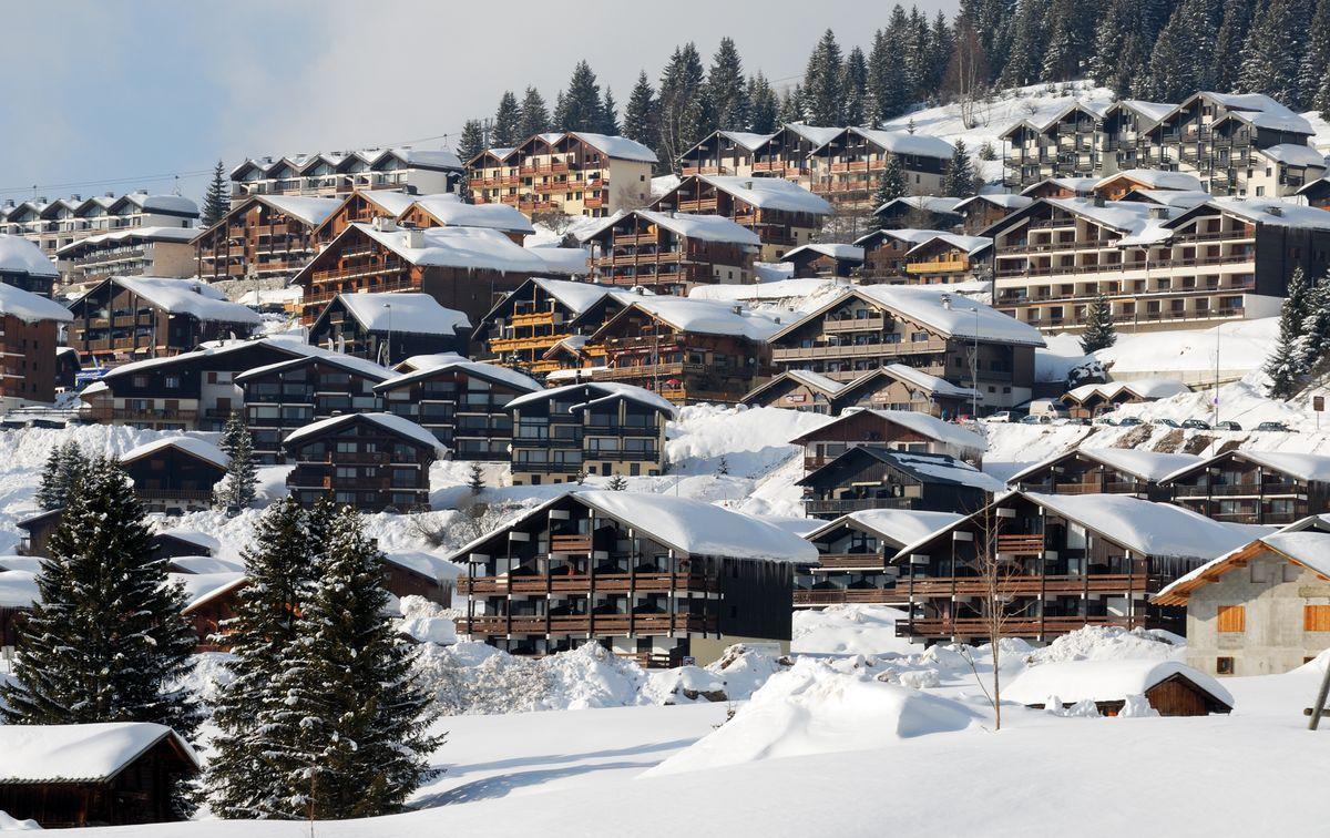 Village enneigé à la montagne