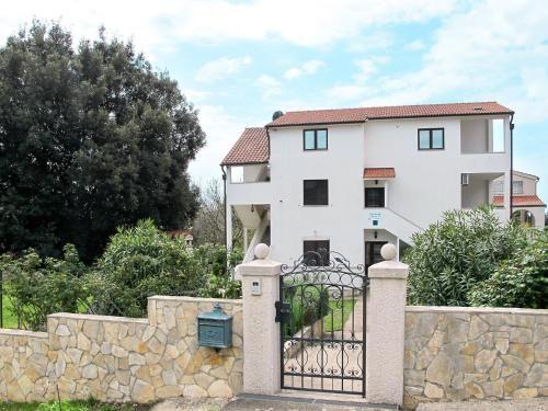 Casa con balcón en Pula-banjole