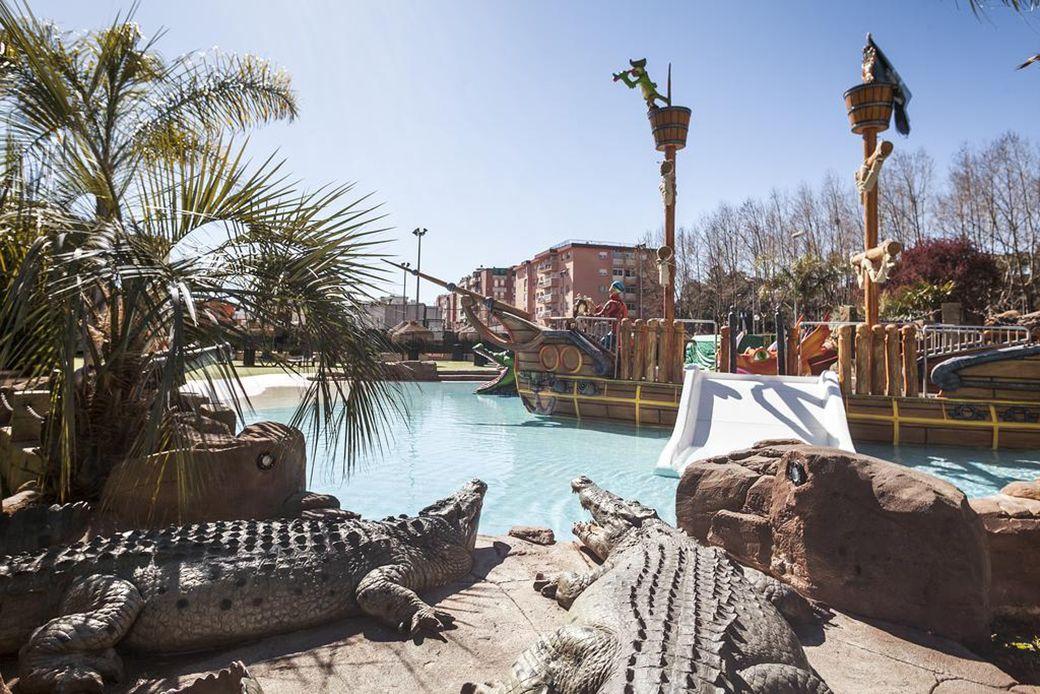 Barco pirata y cocodrilos en la piscina infantil del Olympic Resort
