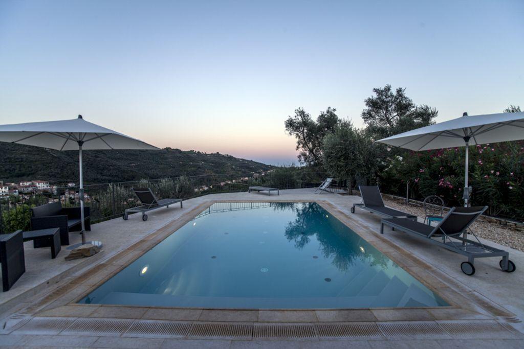 Villa con piscina privada rodeada de olivares en Liguria, 6-12 personas