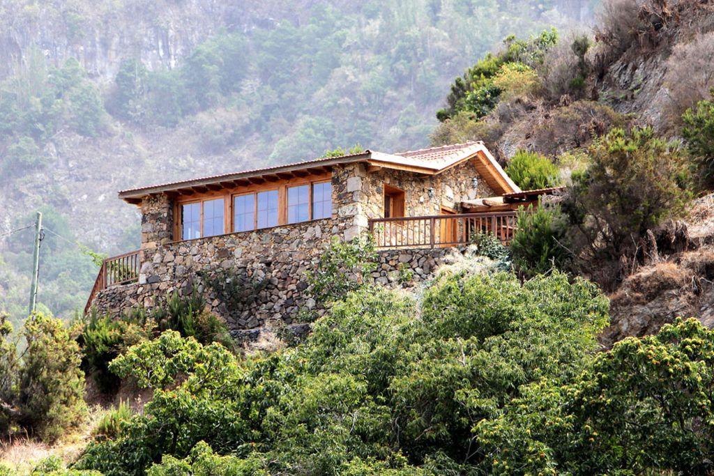 Casa de piedra con vistas panorámicas en un lugar aislado, tranquilo y naturaleza