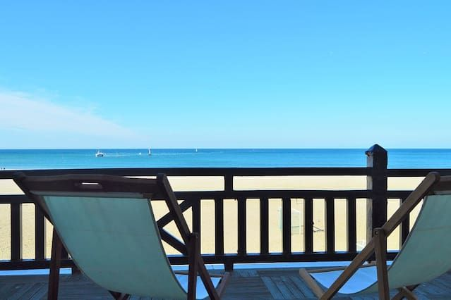 Terraza con vistas al mar y acceso directo a la playa a 100 metros del casino