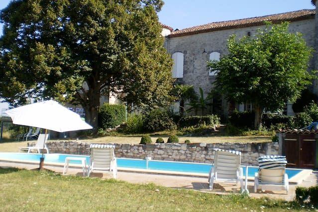 Preciosa Casa pequeña con piscina en Château 'Mondou'