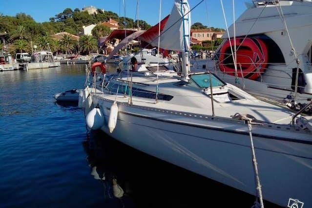 Barco de vela atracados en Porquerolles 6 personas