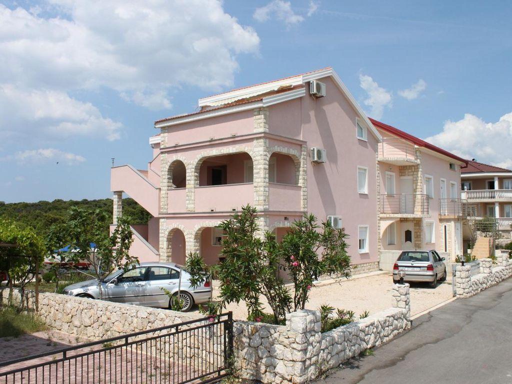 Vivienda con balcón en Kolan