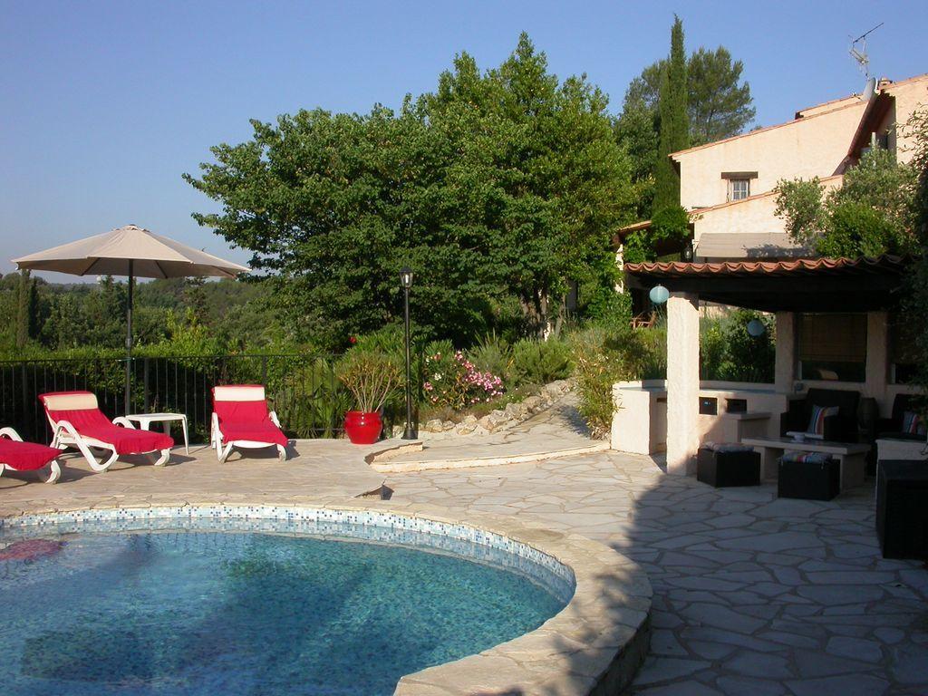 Dotado apartamento con piscina
