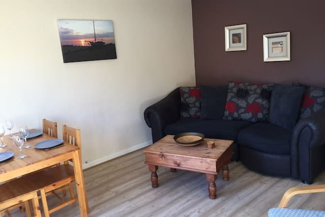 Quiet 2-bed apartment for up to 5, pets welcome.