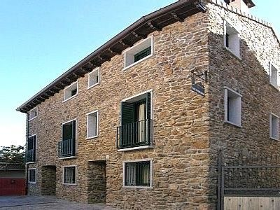 Apartamentos situados en el centro del pueblo de Garganta de Los Montes, en la Sierra Norte de Madrid.