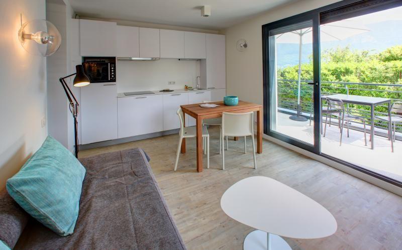 apartamento de un dormitorio en la línea de costa con vistas al lago