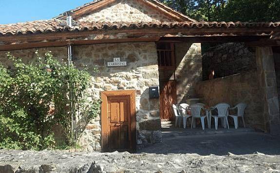 Jacuzzi en dormitorio con vistas a las montañas, barbacoa y chimenea