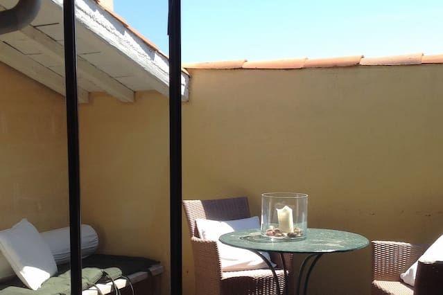 brillante encantador apartamento con terraza en un muelle
