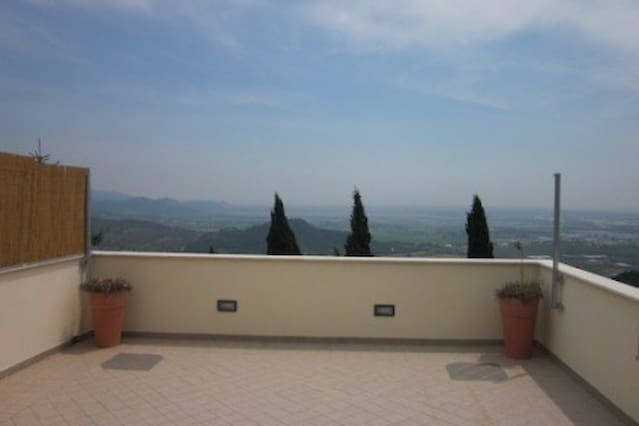 casa en una colina con vistas panorámicas