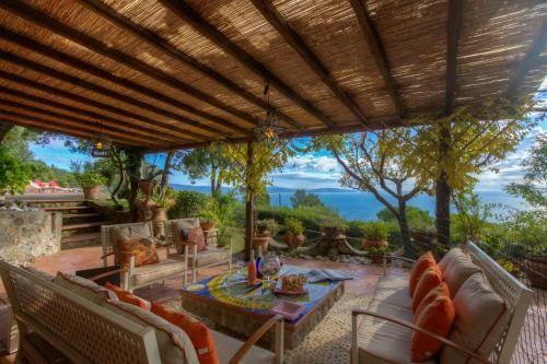 Villa en la Toscana con un gran jardín, vistas al mar, barbacoa, aire-co, calefacción, conexión Wi-Fi,