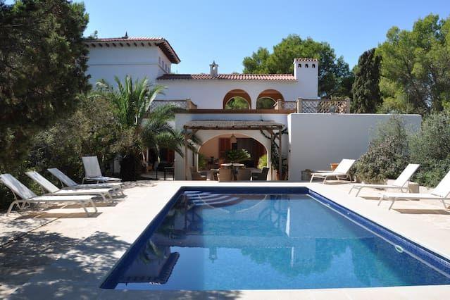 Alojamiento con piscina de 300 m²