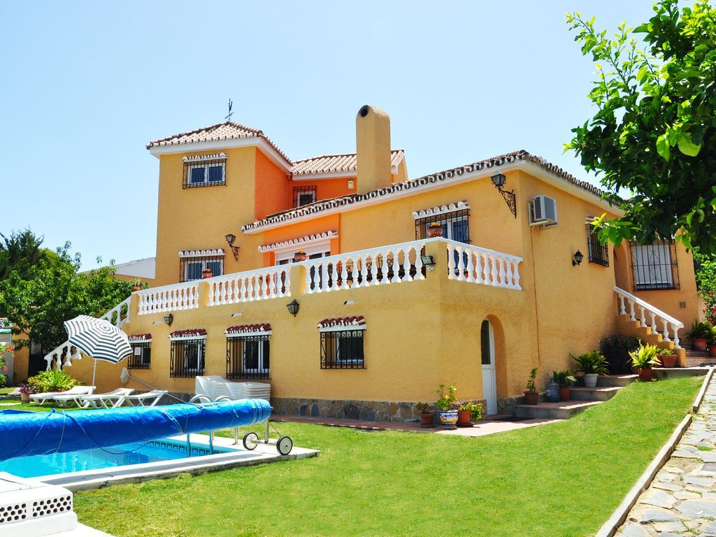 Central holiday apartment for 14 in Benalmádena