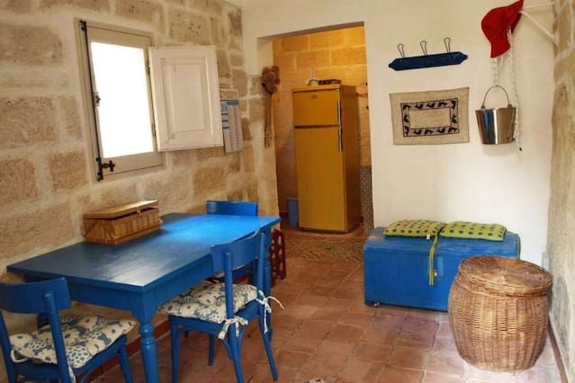 Casa Deva si trova al centro del paese, arredata con gusto, con spazio esterno