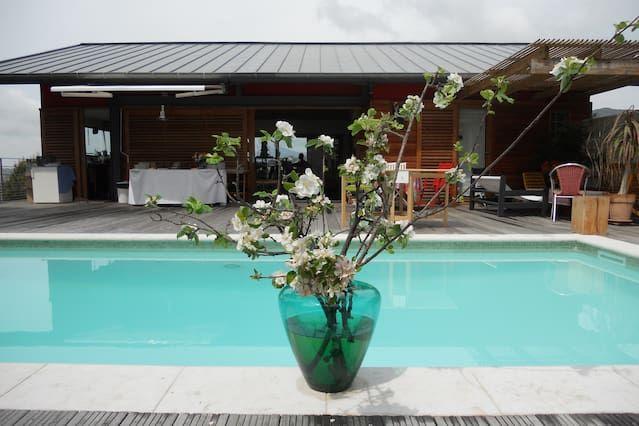 Villa contemporánea con una bonita piscina