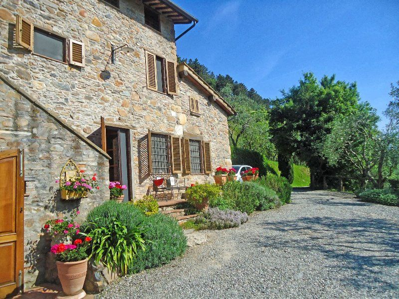 Gorgeous farmhouse in the Tuscan hills, private pool, terrace and majestic views, sleeps 8