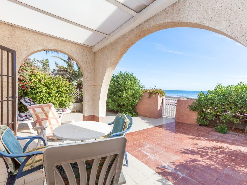 El apartº está situado en primerisima linea de playa, en un recinto cerrado con