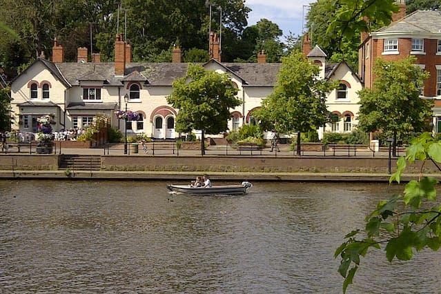 Riverside Apartment - Chester city centre luxury