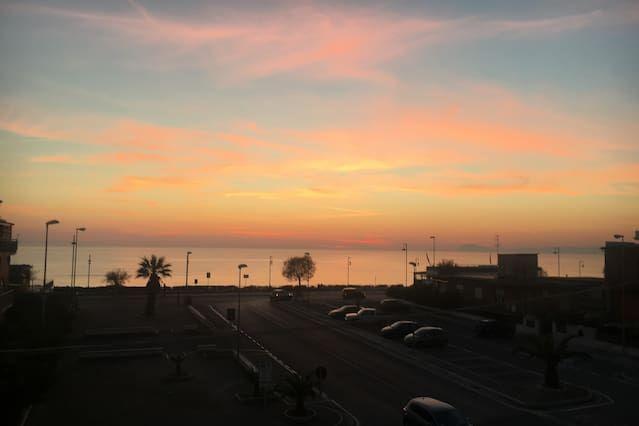 Entre Roma y Nápoles, cerca del mar, supermercado y restaurante de abajo