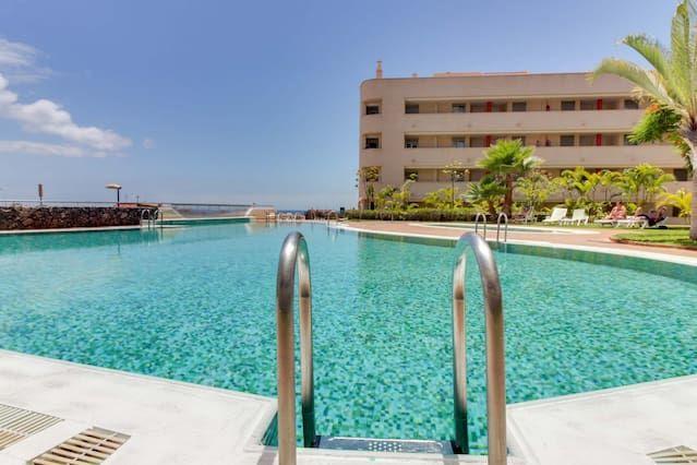 condominio acogedor cuenta con vistas al mar, acceso a la playa fácil, y piscina comunitaria