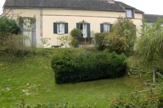 Villeneuve-sur-Yonne 19th cent. cottage with private terrace, garden and stream