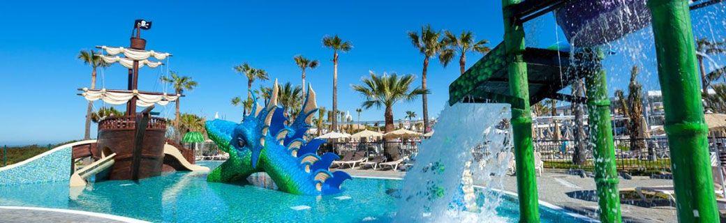 Barco pirata y dragón en la piscina del Hotel Riu Chiclana