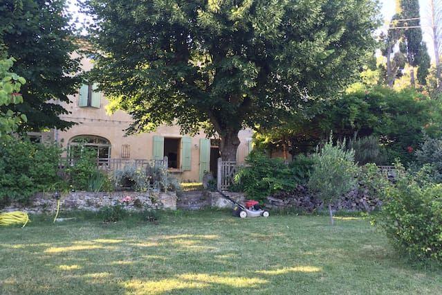 Hogar y jardín en el pueblo de Dieulefit